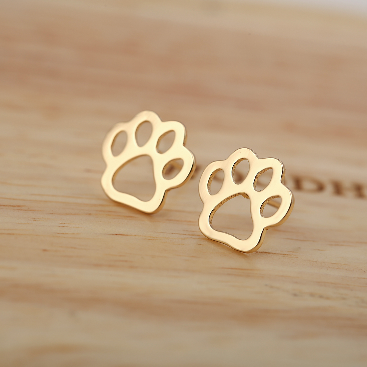 paw pag side nily earrings dog green dow lily products gr stud